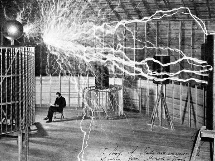"""ARTISTA: A fama de """"cientista mágico"""" de Tesla era alimentada por performances em que enchia teatros para demonstrar inventos, como as bobinas que criavam raios de eletricidade no ar (Foto: Revista Galileu)"""